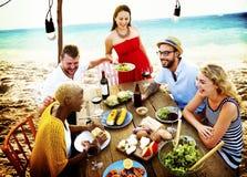 Έννοια γευμάτων θερινής διασκέδασης φιλίας εορτασμού παραλιών Στοκ εικόνα με δικαίωμα ελεύθερης χρήσης
