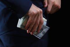 Έννοια για τη δωροδοκία, πτώχευση, εγγύηση, έγκλημα, δωροδοκία, απάτη Δέσμη των μετρητών δολαρίων υπό εξέταση Στοκ Εικόνες
