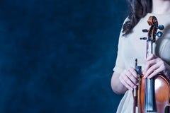 Έννοια για τις ειδήσεις μουσικής διάστημα αντιγράφων ανασκόπηση καπνώδης Κινηματογράφηση σε πρώτο πλάνο Βιολί και τόξο στα θηλυκά στοκ φωτογραφία με δικαίωμα ελεύθερης χρήσης