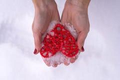 Έννοια για Valentine& x27 ημέρα του s, γάμος: χέρια που κρατούν μια κόκκινη καρδιά Στοκ εικόνες με δικαίωμα ελεύθερης χρήσης