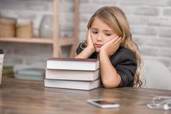 Έννοια γνώσης εκπαίδευσης εκμάθησης μελέτης μικρών κοριτσιών Στοκ εικόνα με δικαίωμα ελεύθερης χρήσης