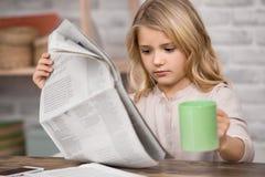 Έννοια γνώσης εκπαίδευσης εκμάθησης μελέτης μικρών κοριτσιών Στοκ φωτογραφία με δικαίωμα ελεύθερης χρήσης