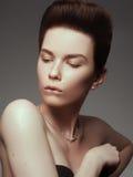 Έννοια γοητείας, ομορφιάς, κοσμήματος και πολυτέλειας Μοντέλο ομορφιάς Στοκ Εικόνες