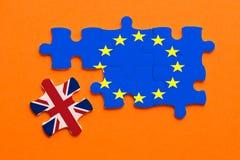Έννοια γρίφων τορνευτικών πριονιών Brexit στο πορτοκαλί υπόβαθρο στοκ εικόνα