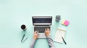 Έννοια γραφείων ερευνητικής εργασίας lap-top υπολογιστών Στοκ Εικόνες