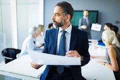 Έννοια γραφείων ομαδικής εργασίας 'brainstorming' επιχειρησιακής εταιρική επιτυχίας συνεδρίασης στοκ φωτογραφία