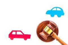 Έννοια δίκης τροχαίου Δύο συγκρούστηκαν αυτοκίνητα κρίνουν πλησίον gavel στο άσπρο διάστημα αντιγράφων άποψης υποβάθρου τοπ στοκ φωτογραφία με δικαίωμα ελεύθερης χρήσης