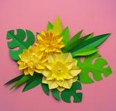 Έννοια διακοσμήσεων λουλουδιών τεχνών εγγράφου Λουλούδια και φύλλα φιαγμένα από έγγραφο στοκ εικόνα με δικαίωμα ελεύθερης χρήσης