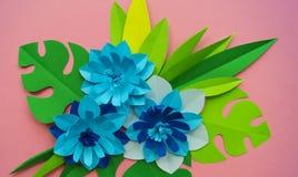 Έννοια διακοσμήσεων λουλουδιών τεχνών εγγράφου Λουλούδια και φύλλα φιαγμένα από έγγραφο στοκ φωτογραφία με δικαίωμα ελεύθερης χρήσης