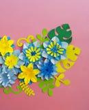 Έννοια διακοσμήσεων λουλουδιών τεχνών εγγράφου Λουλούδια και φύλλα φιαγμένα από έγγραφο στοκ εικόνες