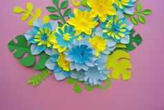 Έννοια διακοσμήσεων λουλουδιών τεχνών εγγράφου Λουλούδια και φύλλα φιαγμένα από έγγραφο στοκ φωτογραφίες