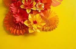 Έννοια διακοσμήσεων λουλουδιών τεχνών εγγράφου Λουλούδια και φύλλα φιαγμένα από έγγραφο στοκ εικόνα