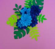 Έννοια διακοσμήσεων λουλουδιών τεχνών εγγράφου Λουλούδια και φύλλα φιαγμένα από έγγραφο στοκ εικόνες με δικαίωμα ελεύθερης χρήσης