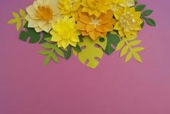 Έννοια διακοσμήσεων λουλουδιών τεχνών εγγράφου Λουλούδια και φύλλα φιαγμένα από έγγραφο στοκ φωτογραφία