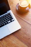 Έννοια διαστήματος εργασίας lap-top, τοπ άποψη του εργασιακού χώρου με το lap-top στον ξύλινο πίνακα με το φλυτζάνι καφέ με το δι στοκ φωτογραφίες με δικαίωμα ελεύθερης χρήσης