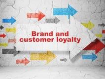 Έννοια διαφήμισης: βέλος με το εμπορικό σήμα και την πίστη πελατών στο υπόβαθρο τοίχων grunge ελεύθερη απεικόνιση δικαιώματος