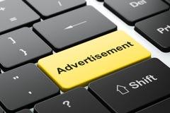 Έννοια διαφήμισης: Διαφήμιση στο υπόβαθρο πληκτρολογίων υπολογιστών στοκ φωτογραφίες