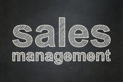 Έννοια διαφήμισης: Διαχείριση πωλήσεων στο υπόβαθρο πινάκων κιμωλίας Στοκ Φωτογραφίες