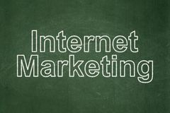 Έννοια διαφήμισης: Μάρκετινγκ Διαδικτύου στο υπόβαθρο πινάκων κιμωλίας Στοκ Φωτογραφία