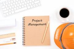 Έννοια διαχείρισης του προγράμματος στο σημειωματάριο με το σύγχρονο εργασιακό χώρο επάνω Στοκ φωτογραφία με δικαίωμα ελεύθερης χρήσης
