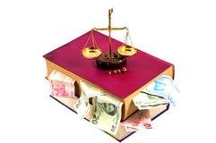 Έννοια δικαιοσύνης. Νόμος, κλίμακα, χρήματα και βιβλίο Στοκ Εικόνα