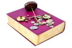 Έννοια δικαιοσύνης. Νόμος, κλίμακα, χρήματα και βιβλίο Στοκ Φωτογραφία
