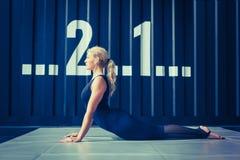 Έννοια: δύναμη, δύναμη, υγιής τρόπος ζωής, αθλητισμός Ισχυρή ελκυστική μυϊκή γυναίκα στη γυμναστική CrossFit στοκ εικόνα