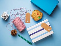 Έννοια δώρων Χριστουγέννων τυλίγματος στο μπλε Στοκ Εικόνα