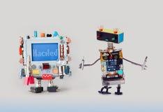 Έννοια εγκλήματος Cyber Μέλος των ενόπλων δυνάμεων ειδικών ρομπότ ΤΠ με τα κατσαβίδια που εξετάζει το ζωηρόχρωμο υπολογιστή Άγρυπ στοκ φωτογραφία