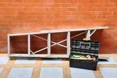 Έννοια εγχώριας βελτίωσης με τη σκάλα και την εργαλειοθήκη Στοκ εικόνες με δικαίωμα ελεύθερης χρήσης