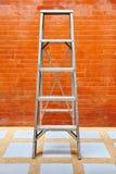 Έννοια εγχώριας βελτίωσης με τη σκάλα και το τουβλότοιχο Στοκ Εικόνες