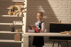 Έννοια εγχώριας εκπαίδευσης Παιδί στην τάξη στο άσπρο υπόβαθρο τουβλότοιχος Στοκ φωτογραφία με δικαίωμα ελεύθερης χρήσης
