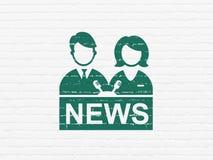 Έννοια ειδήσεων: Anchorman στο υπόβαθρο τοίχων Στοκ εικόνες με δικαίωμα ελεύθερης χρήσης
