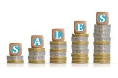 Έννοια εισοδημάτων αύξησης με τη σκάλα νομισμάτων και το κείμενο πωλήσεων στον ξύλινο κύβο Στοκ Εικόνες