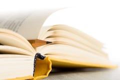 Έννοια εκπαίδευσης και φρόνησης - μακρο άποψη του βιβλίου με το μολύβι Στοκ Φωτογραφίες
