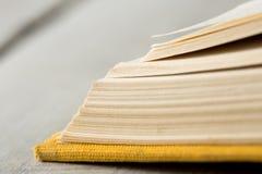 Έννοια εκπαίδευσης και φρόνησης - μακρο άποψη των σελίδων βιβλίων Στοκ Φωτογραφία