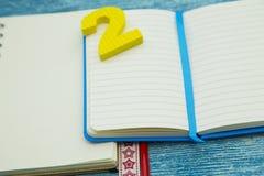 Έννοια εκπαίδευσης στο μπλε ξύλινο υπόβαθρο Στοκ φωτογραφία με δικαίωμα ελεύθερης χρήσης
