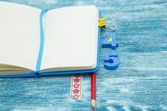 Έννοια εκπαίδευσης στο μπλε ξύλινο υπόβαθρο Στοκ εικόνα με δικαίωμα ελεύθερης χρήσης