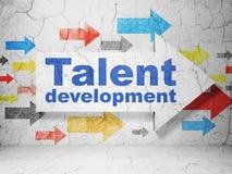 Έννοια εκπαίδευσης: βέλος με την ανάπτυξη ταλέντου στο υπόβαθρο τοίχων grunge απεικόνιση αποθεμάτων