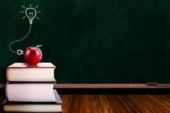 Έννοια εκπαίδευσης με τη Apple στα βιβλία και Lightbulb σε Blackboar Στοκ εικόνες με δικαίωμα ελεύθερης χρήσης