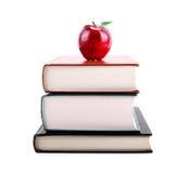 Έννοια εκπαίδευσης: Apple στο σωρό των βιβλίων Στοκ φωτογραφίες με δικαίωμα ελεύθερης χρήσης