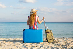Έννοια ελευθερίας, ταξιδιού, διακοπών και καλοκαιριού - η ταξιδιωτική γυναίκα με τις βαλίτσες υποστηρίζει την άποψη Στοκ Φωτογραφίες
