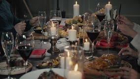 Έννοια ελεύθερου χρόνου, τροφίμων, ποτών, ανθρώπων και διακοπών - ευτυχείς φίλοι που τρώνε και που πίνουν στο εστιατόριο απόθεμα βίντεο