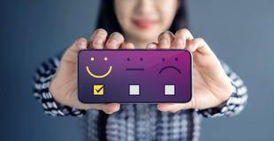 Έννοια εμπειρίας πελατών Η ευτυχής γυναίκα παρουσιάζει ικανοποίησή της ο στοκ εικόνα με δικαίωμα ελεύθερης χρήσης
