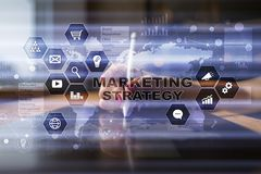 Έννοια εμπορικής στρατηγικής στην εικονική οθόνη Διαδίκτυο, διαφήμιση και ψηφιακή έννοια τεχνολογίας τρισδιάστατες αγορές πωλήσεω Στοκ Φωτογραφίες