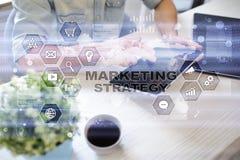 Έννοια εμπορικής στρατηγικής στην εικονική οθόνη Διαδίκτυο, διαφήμιση και ψηφιακή έννοια τεχνολογίας τρισδιάστατες αγορές πωλήσεω στοκ φωτογραφίες με δικαίωμα ελεύθερης χρήσης