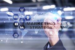 Έννοια εμπορικής στρατηγικής στην εικονική οθόνη Διαδίκτυο, διαφήμιση και ψηφιακή έννοια τεχνολογίας τρισδιάστατες αγορές πωλήσεω στοκ φωτογραφία με δικαίωμα ελεύθερης χρήσης