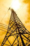 Έννοια ενεργειακής δύναμης: πυλώνες υψηλής τάσης με την ΤΣΕ σύννεφων και ήλιων Στοκ Φωτογραφία