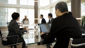 Έννοια ενημερώσεων παρουσίασης συνεδρίασης της επιχειρησιακής συζήτησης στοκ φωτογραφίες