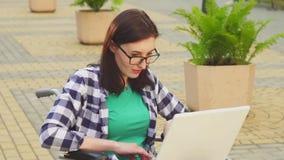Έννοια ενός νέου ελκυστικού επιχειρησιακού εργαζομένου γυναικών σε ένα πουκάμισο σε μια δακτυλογράφηση αναπηρικών καρεκλών σε ένα απόθεμα βίντεο